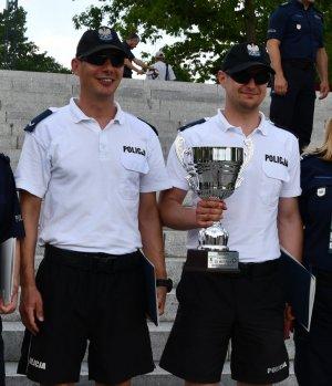 Policjanci ze Szczecina pozują do zdjęcia razem z pucharem.